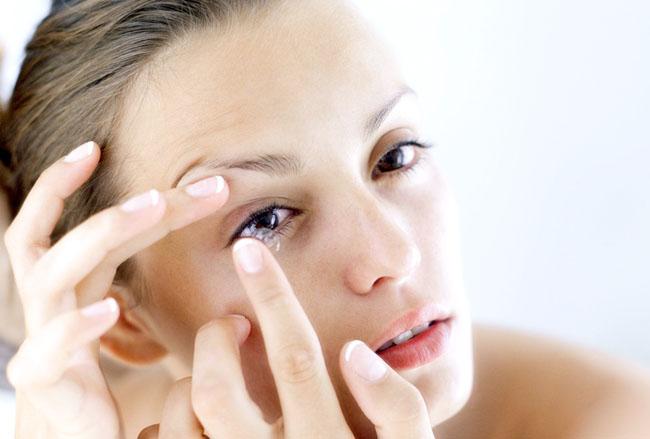 Đeo kính áp tròng sai cách khiến mắt mờ